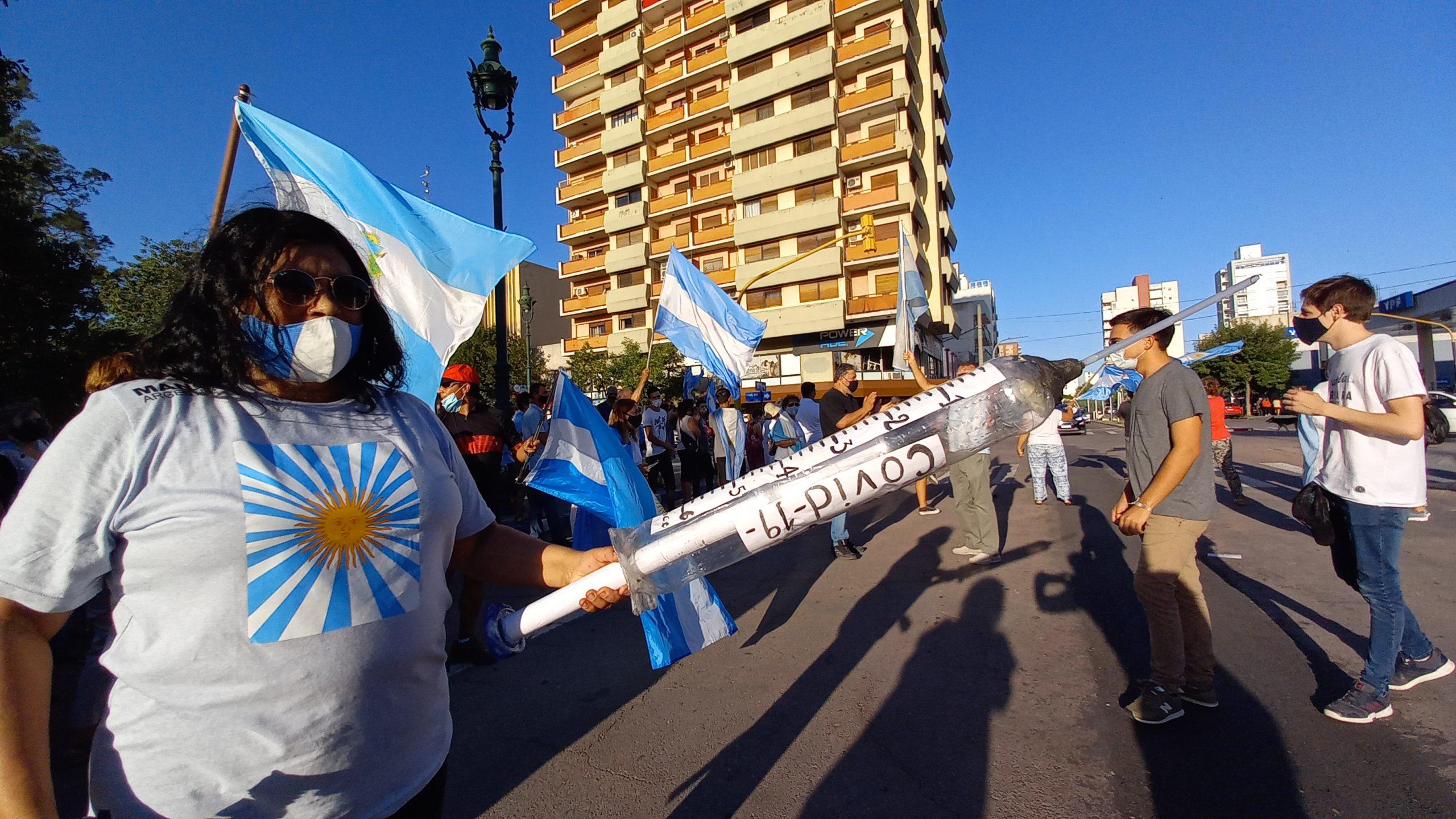 La oposición se manifestó en Santa Rosa contra las vacunaciones a amigos del poder