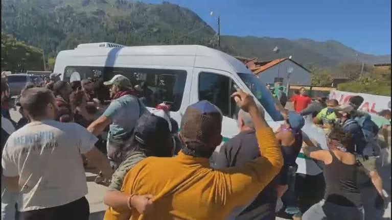 """Chubut: piedrazos de grupos """"antiminería"""" a la combi del presidente"""