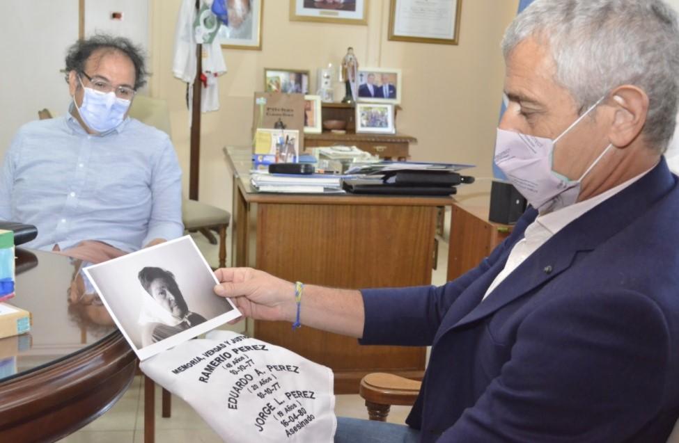 Mariano Fernández recibió el pañuelo de Felisa Nilda Sotelo, reconocida Madre de Plaza de Mayo