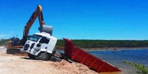 Un camión cayó en el Bajo Giuliani